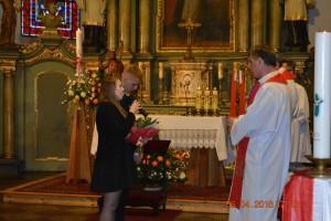 Młodzież bierzmowana wita Księdza Biskupa prosząc oudzielenie sakramentu bierzmowania