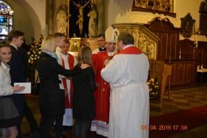Ksiądz Biskup Zbigniew Zieliński udziela młodzieży sakramentu bierzmowania namaszczając olejami Krzyżma.