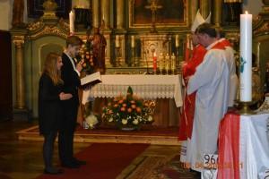Młodzież bierzmowana dziękuje Ksiedzu Biskupowi zasprawowanie wich intencji Najświętszej Eucharystii orazzaudzielenie im sakramentu dojrzałości chrześcijańskiej