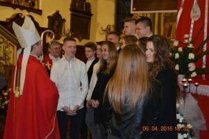 Ksiądz Biskup Zbigniew Zieliński żegna się zmłodzieżą bierzmowaną