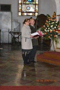 Rodzice witają Księdza Biskupa prosząc oudzielenie sakramentu bierzmowania ich dzieciom